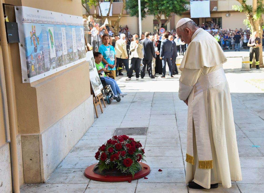 Francisco_rezando_donde_fue_asesinado_por_la_mafia_el_sacerdote_Pino_Puglisi