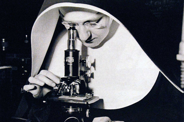 monja_microscopio_grande