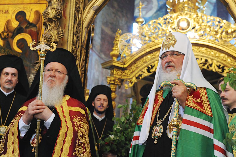 Bartolomé de Constantinopla, a la izquierda, con Kirill o Cirilo de Moscú, a la derecha