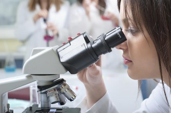mujer_microscopio_guapa