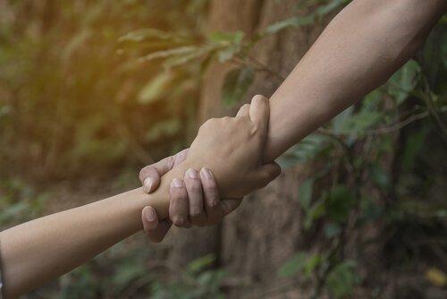 mano-ayudando-a-otra