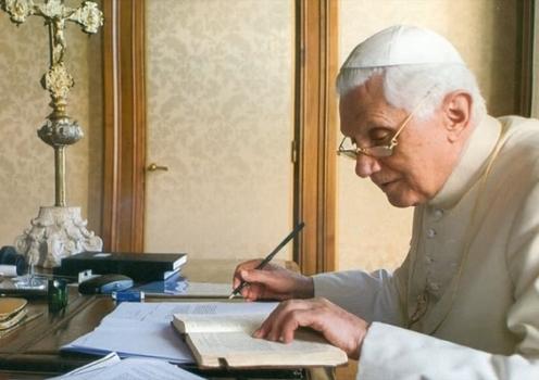 benedicto-xvi-escribiendo