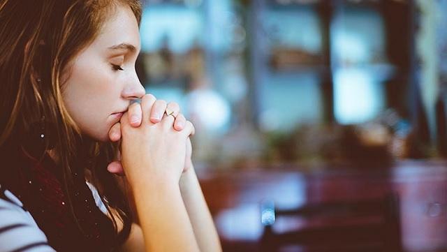 joven-rezando