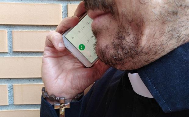 sacerdote-telefono