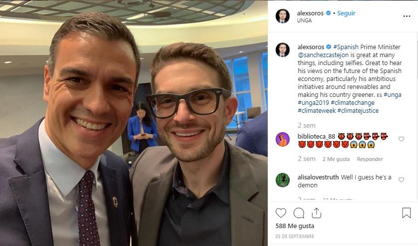 Alexander, hijo de George Soros, en un selfie con Pedro Sánchez.
