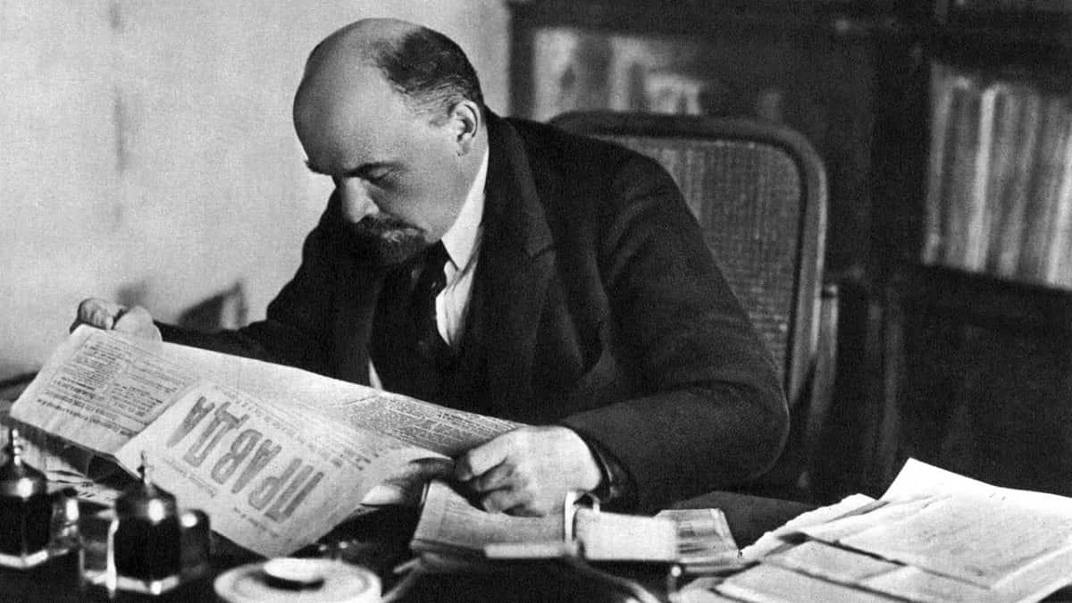Lenin, leyendo el Pravda en su despacho