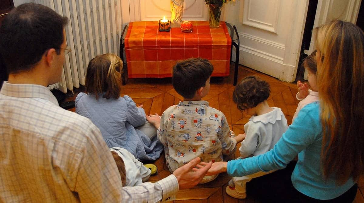 Familia rezando junta