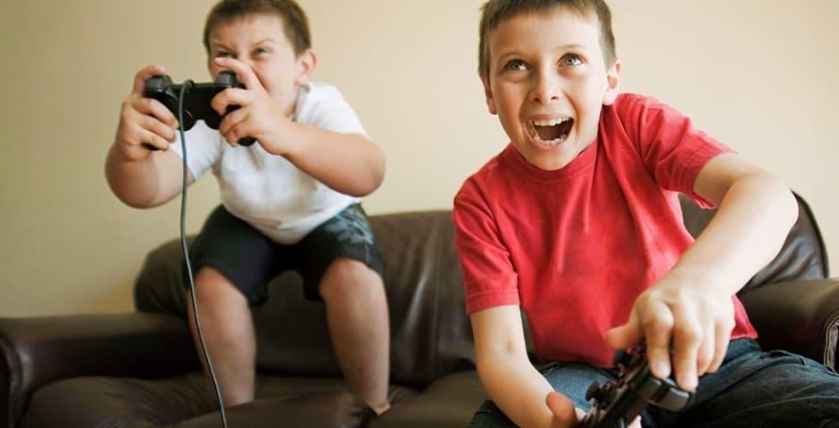 Dos niños jugando a un videojuego