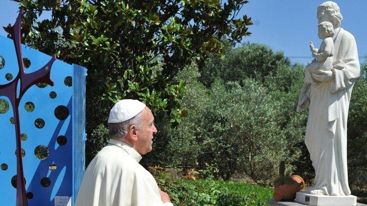 El Papa Francisco, ante una escultura de San José con el Niño