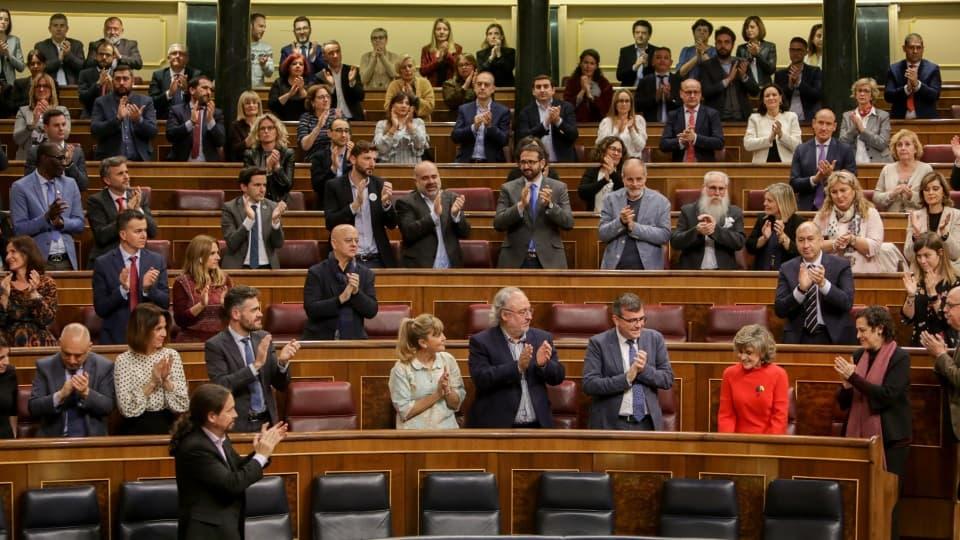 Aplausos en el Congreso tras la votación favorable a la eutanasia
