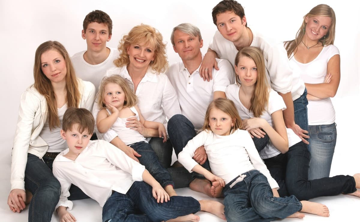 Brano Borovsky, con su mujer, y sus ocho hijos, entre ellos Branislav