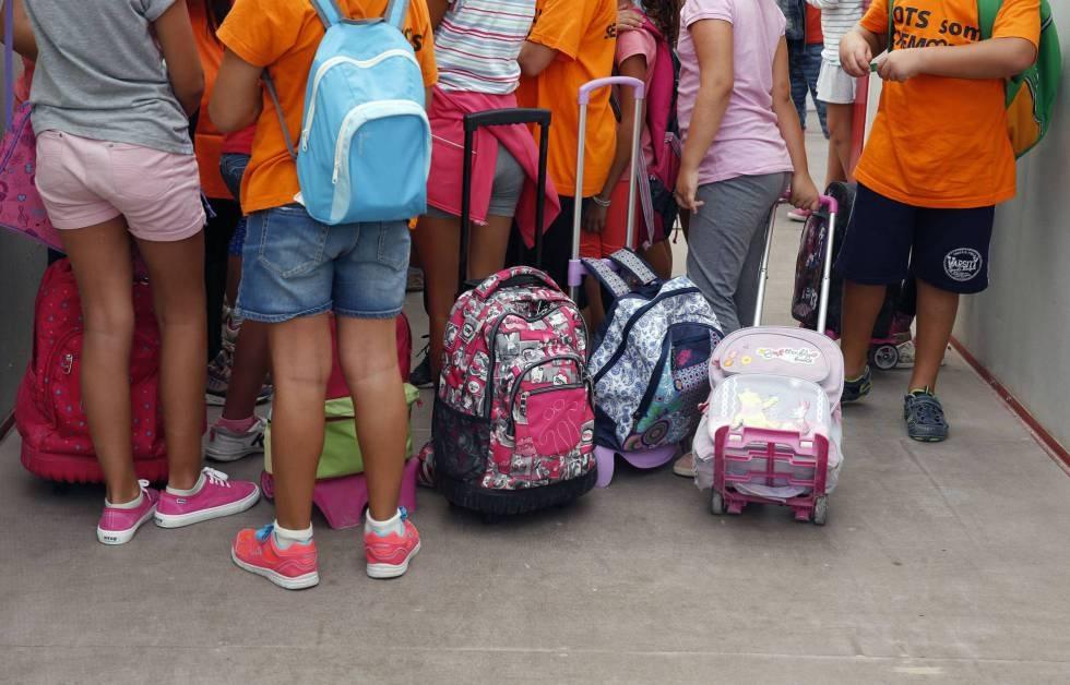 Niños en un patio de colegio