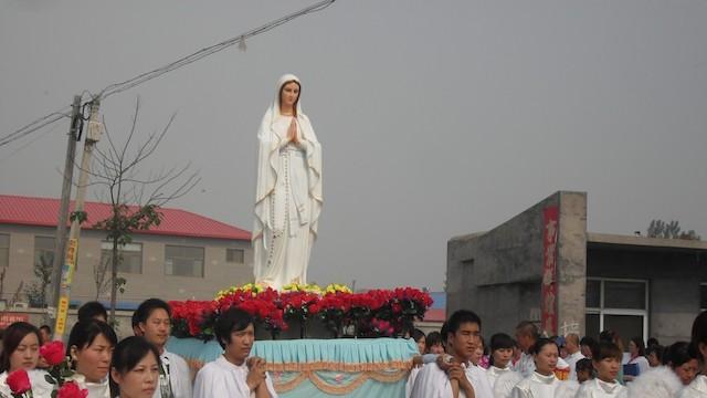 Procesión de la Virgen en China.
