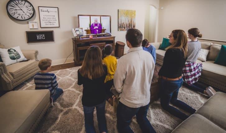 Una familia numerosa de Fayetteville, Arkansas, sigue la misa por TV durante el confinamiento de marzo de 2020