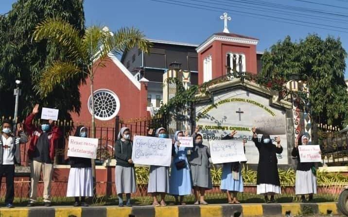 Hermanas del Buen Pastor protestando contra el golpe de Estado
