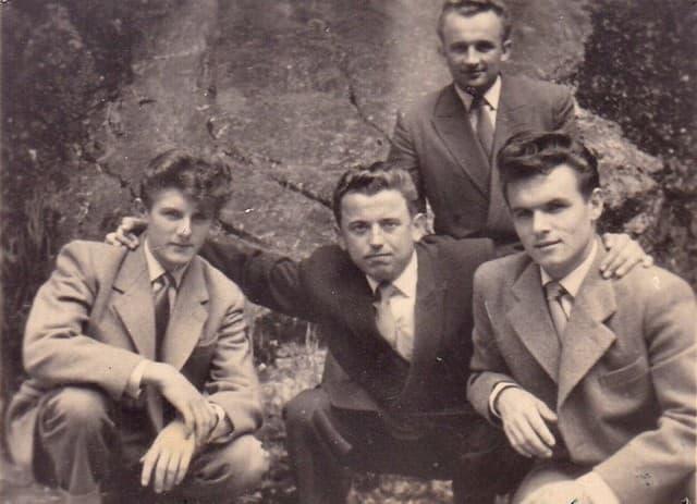 Peter Esterka junto con unos amigos.
