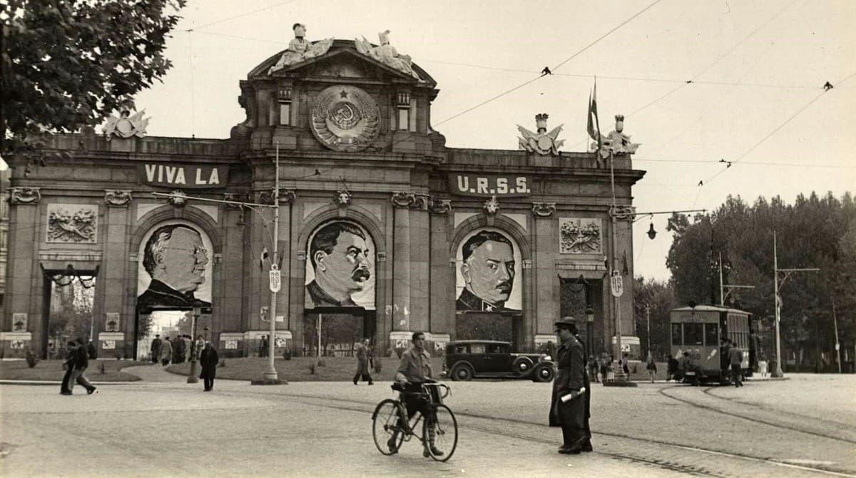 Puerta de Alcalá con el retrato de Stalin.
