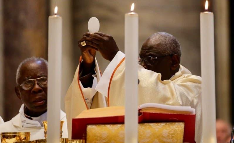 El cardenal Sarah, durante la Consagración en Misa
