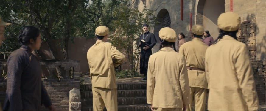 Comunistas llegan a una iglesia en la película Fice Cents Life de Yueh Liu