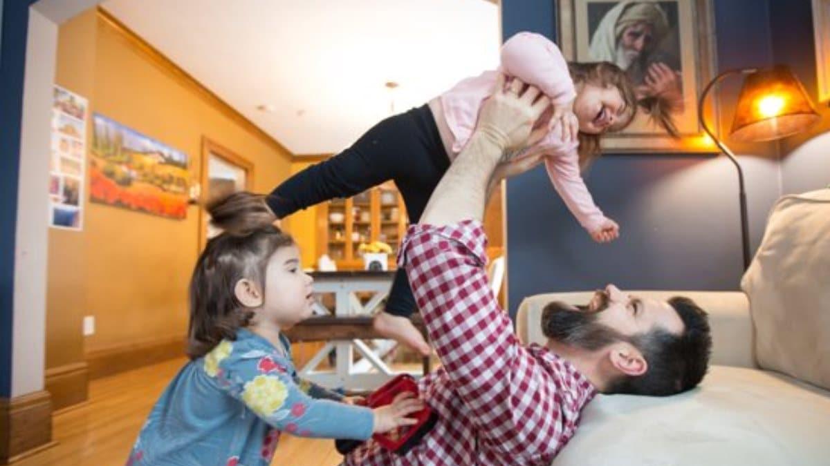 Pat Millea, jugando con dos de sus siete hijas
