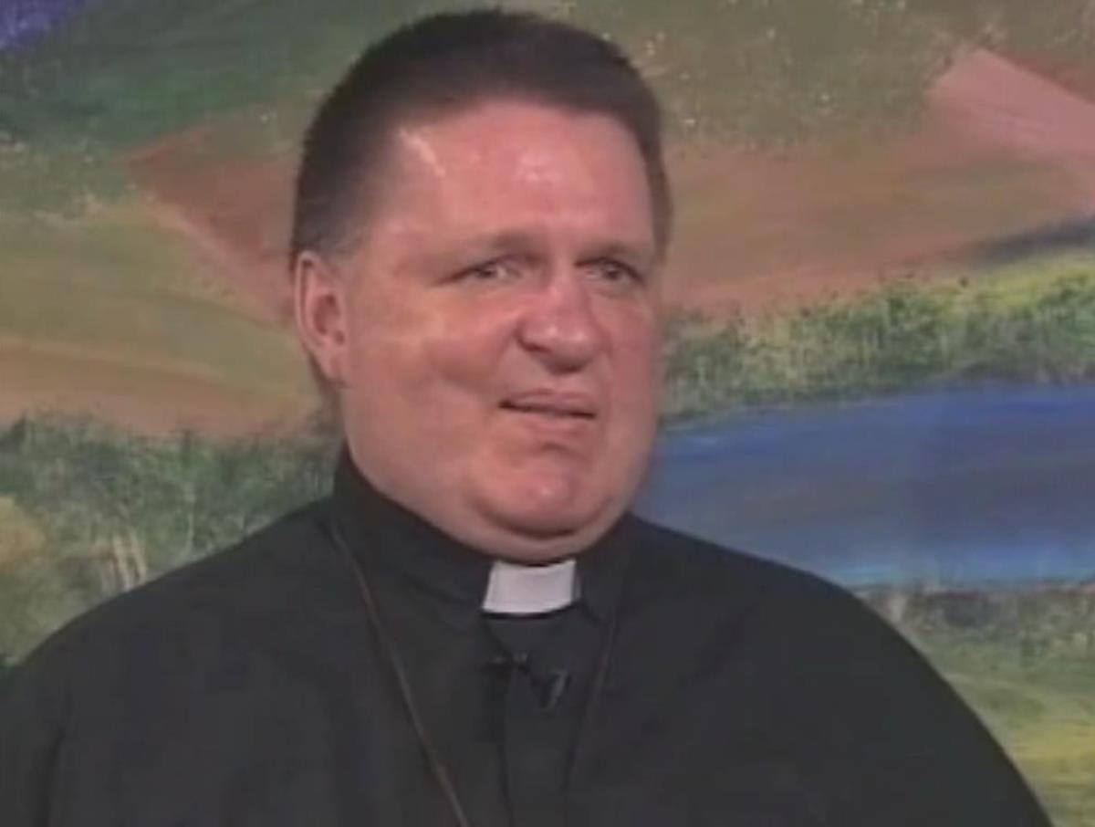 El sacerdote Stuart Long, contando su testimonio en Catholic Voices