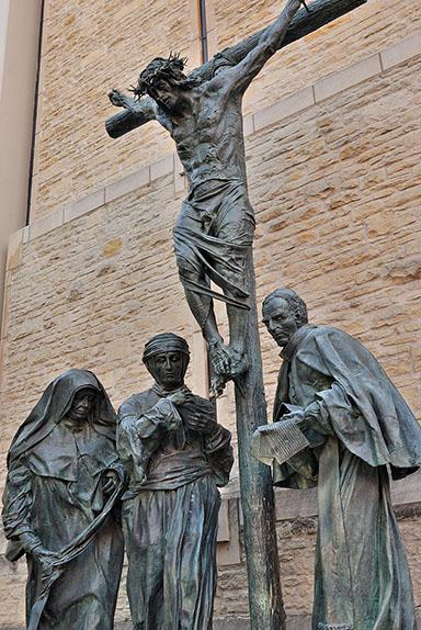 Grupo escultórico sobre la crucifixión en Münster, del artista Bert Gerresheim: al pie de Cristo están la religiosa María Eutimia Üffing, la mística Ana Catalina Emmerick y el cardenal Clemens August Graf von Galen, que sostiene las notas de un sermón