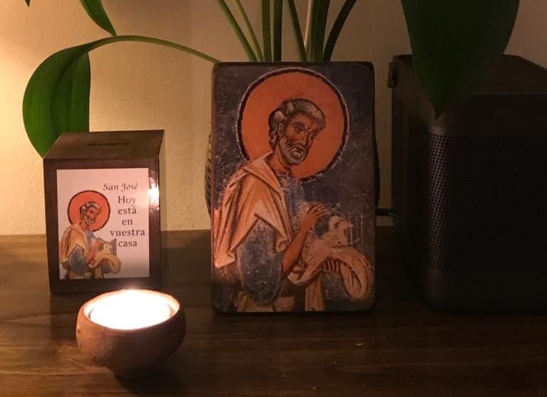 Hucha peregrina de San José en una casa