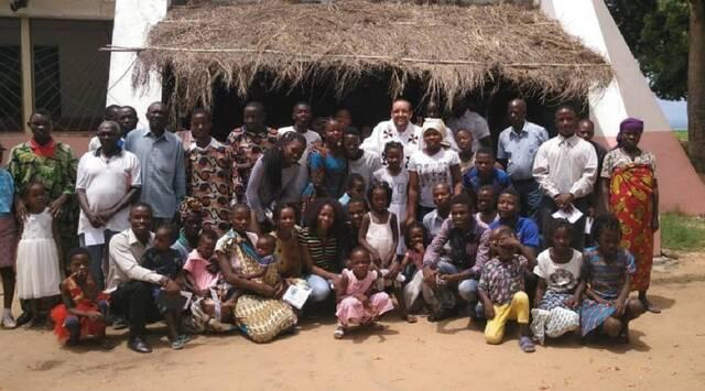 Eduardo Roca, misionero español en el norte de Mozambique, junto a algunos de sus feligreses.