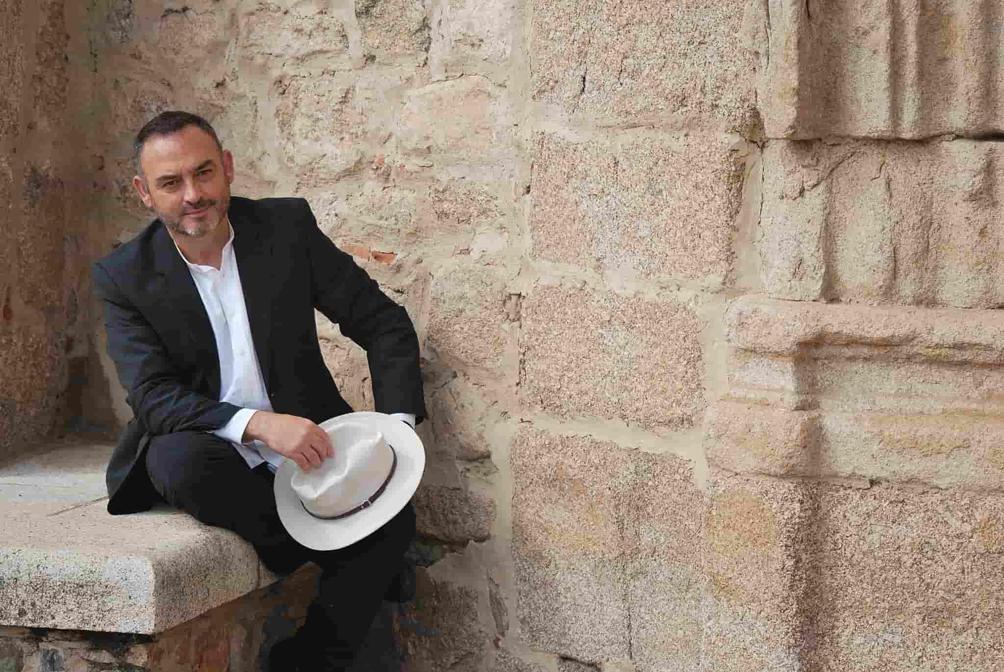 Sánchez Adalid posa para el dossier de prensa editorial