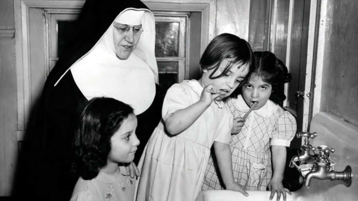 Monja cuida de niños en el orfanato católico de Baltimore.