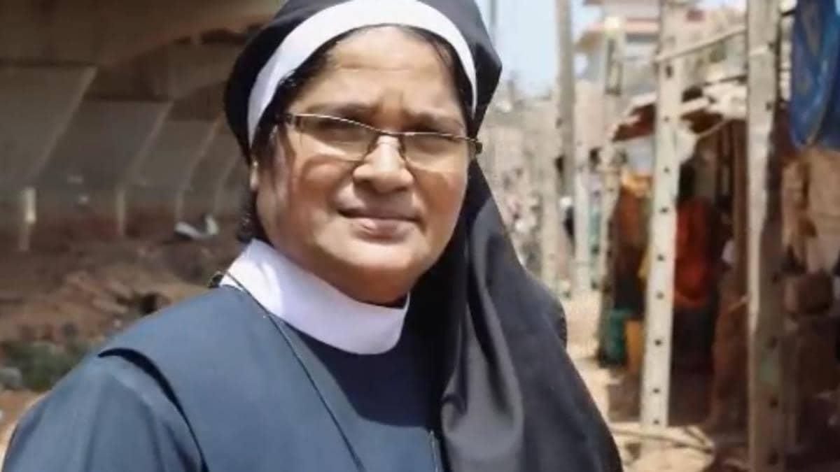 La hermana Lourenca Marques visitando uno de los barrios de Goa locales de explotación.