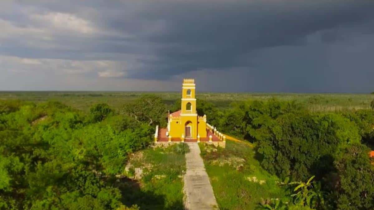 La iglesia de Aké, en la cima del antiguo templo de Kukulkán.