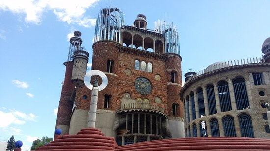 La llamada catedral de Mejorada, su entrada con la Virgen del Pilar