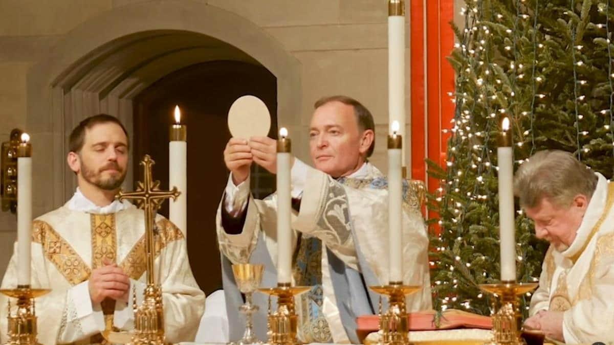 James D. Watkins celebrando Misa.
