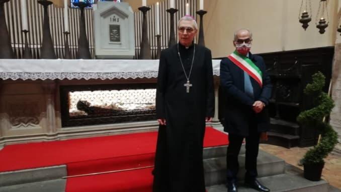El obispo y el alcalde en la tumba de Santa Margarita de Metola, en Città di Castello