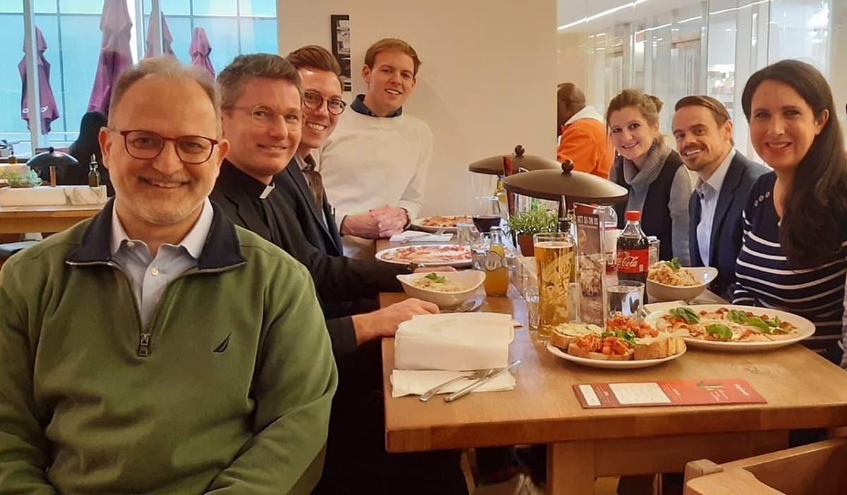 Adrienne Alessandro, a la derecha, con profesores de Comunicación de la Santa Croce - a la izquierda, Daniel Arasa