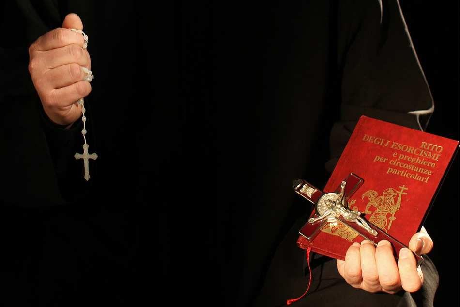 El ritual del exorcismo, la cruz, el rosario, la oración...