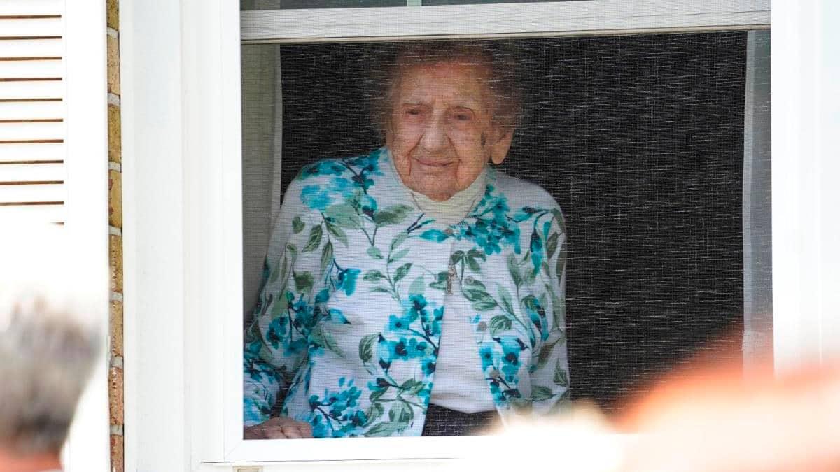 La hermana Piscatella en la ventana.