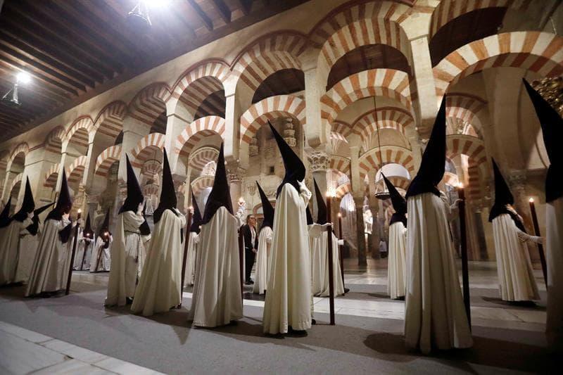 Procesión de Semana Santa en la mezquita-catedral de Córdoba - fe, cultura, tejido social y económico