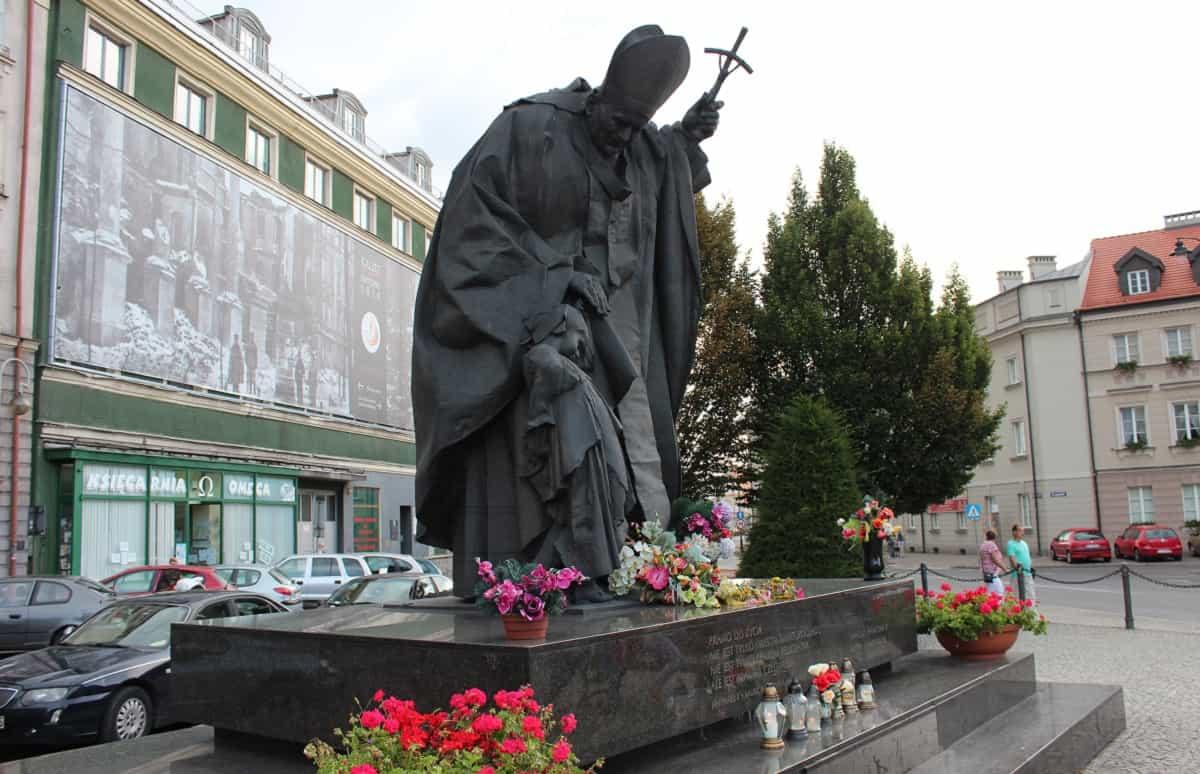 Estatua dedicada a Juan Pablo II en Kalisz (Polonia)