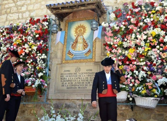 Ofrendan flores a la Virgen de la Capilla en Jaén