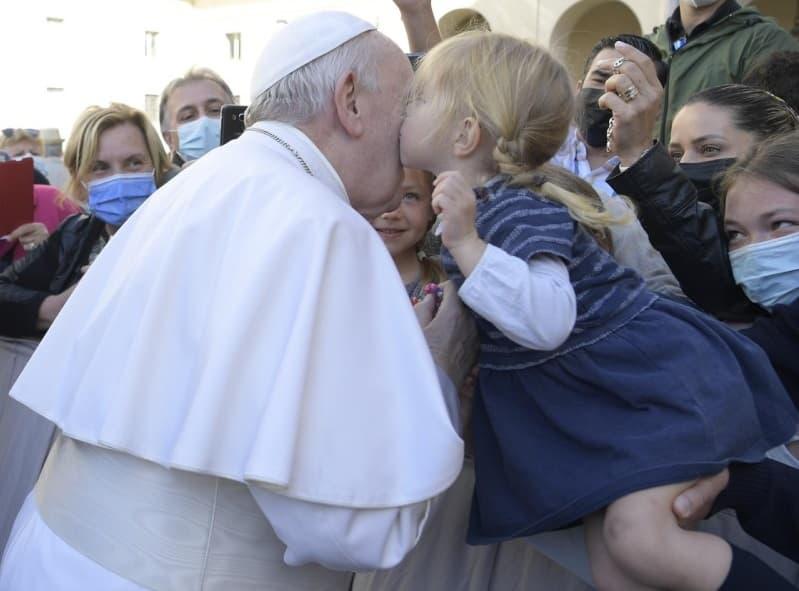 Niña besa al Papa durante la Audiencia General