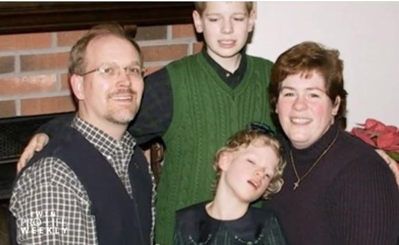 Courtney, con sus padres y su hermano