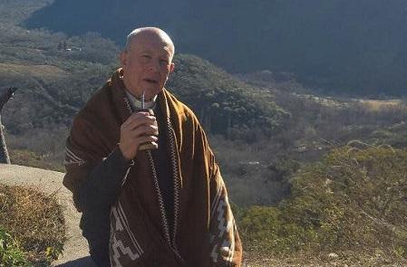 Ramón Carrizo con poncho y hierba mate