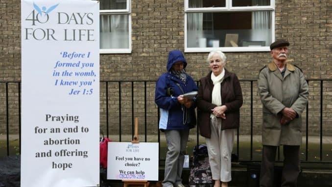 Ciudadanos provida rezan frente el abortorio de Marie Stopes