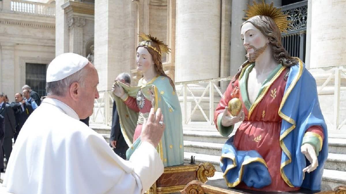 El Papa Francisco y una imagen del Sagrado Corazón