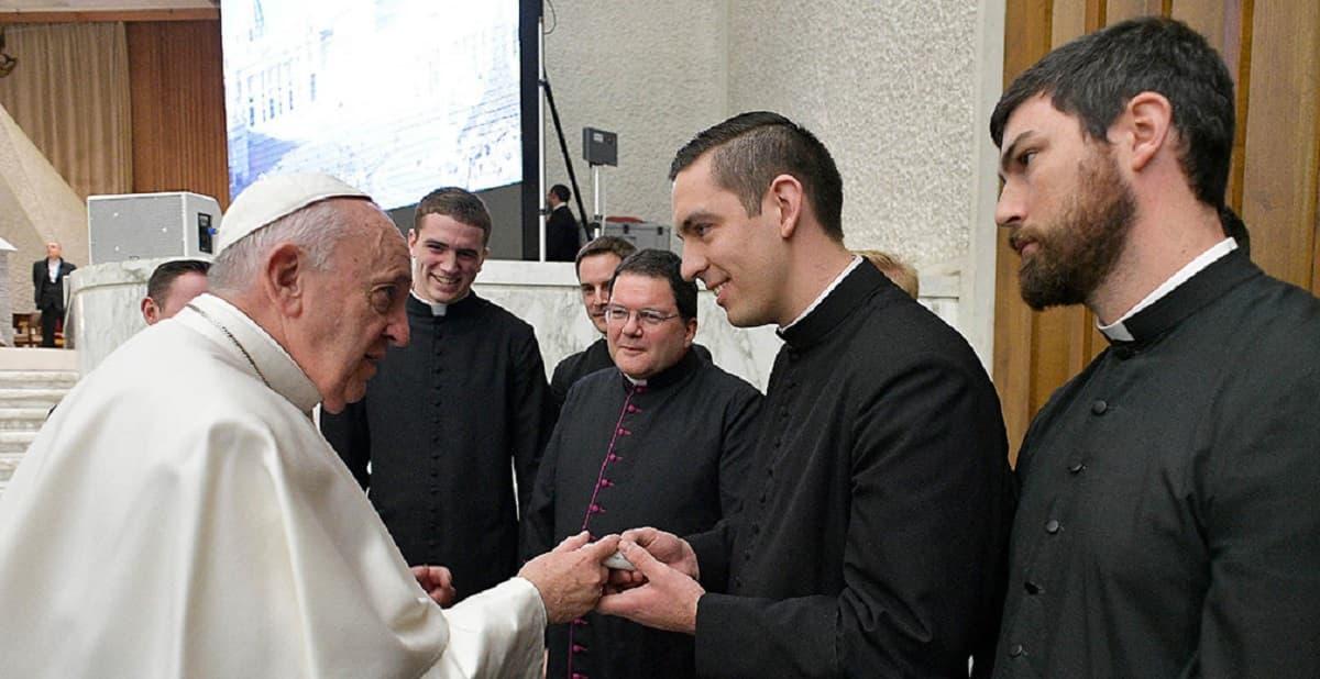 Jonathan e outros companheiros de seminário com o Papa Francisco