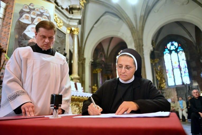 La Madre Samuela, superiora mundial de las isabelinas, firma el traslado de la documentación a la Causa de los Santos