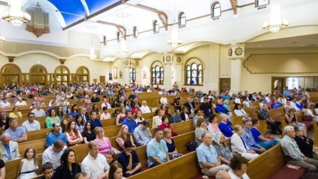 Muchos fieles, bastante cómodamente sentados en la parroquia