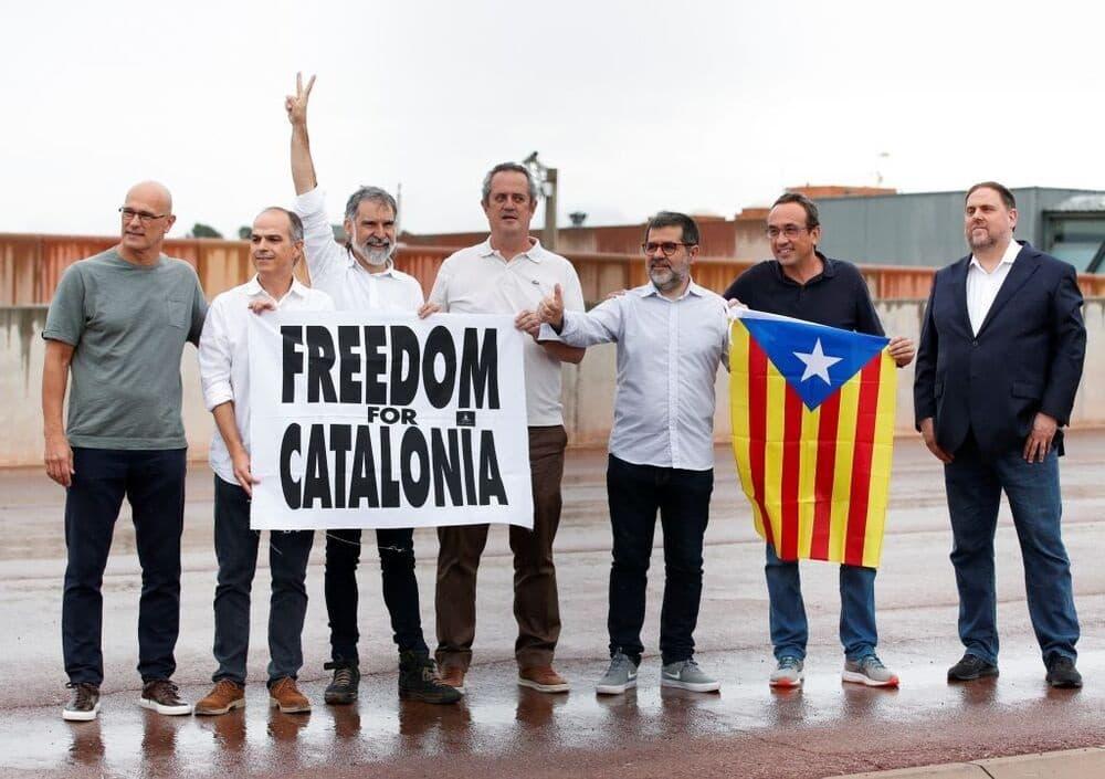 Los políticos condenados, tras salir de la cárcel tras el indulto.